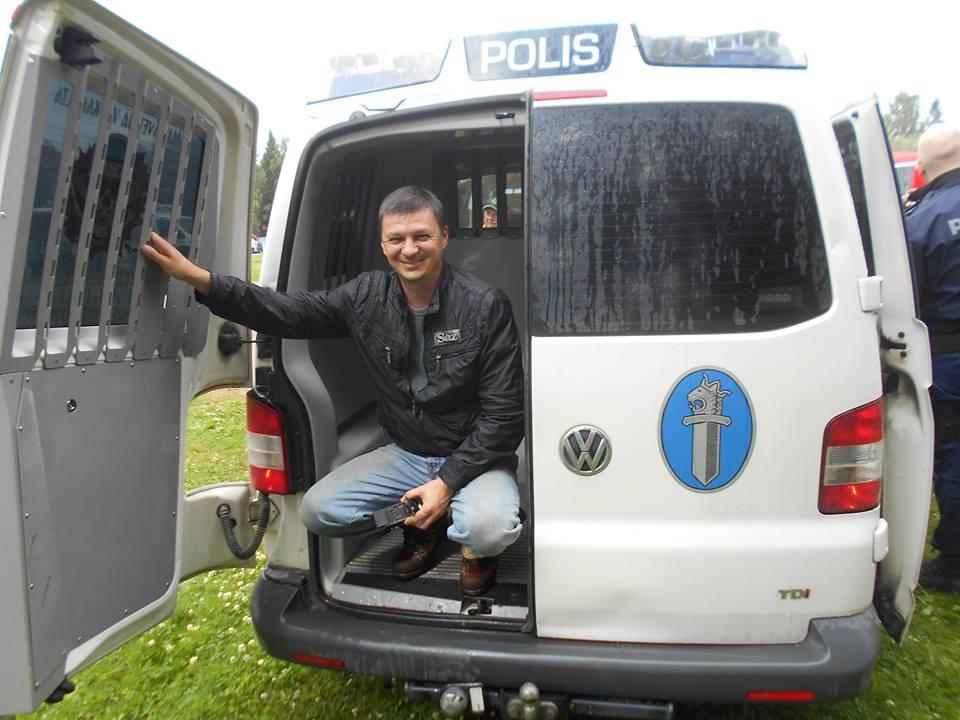 """Закарпатський журналіст відчув """"принади"""" поліцейського автозака Фінляндії (фото)"""