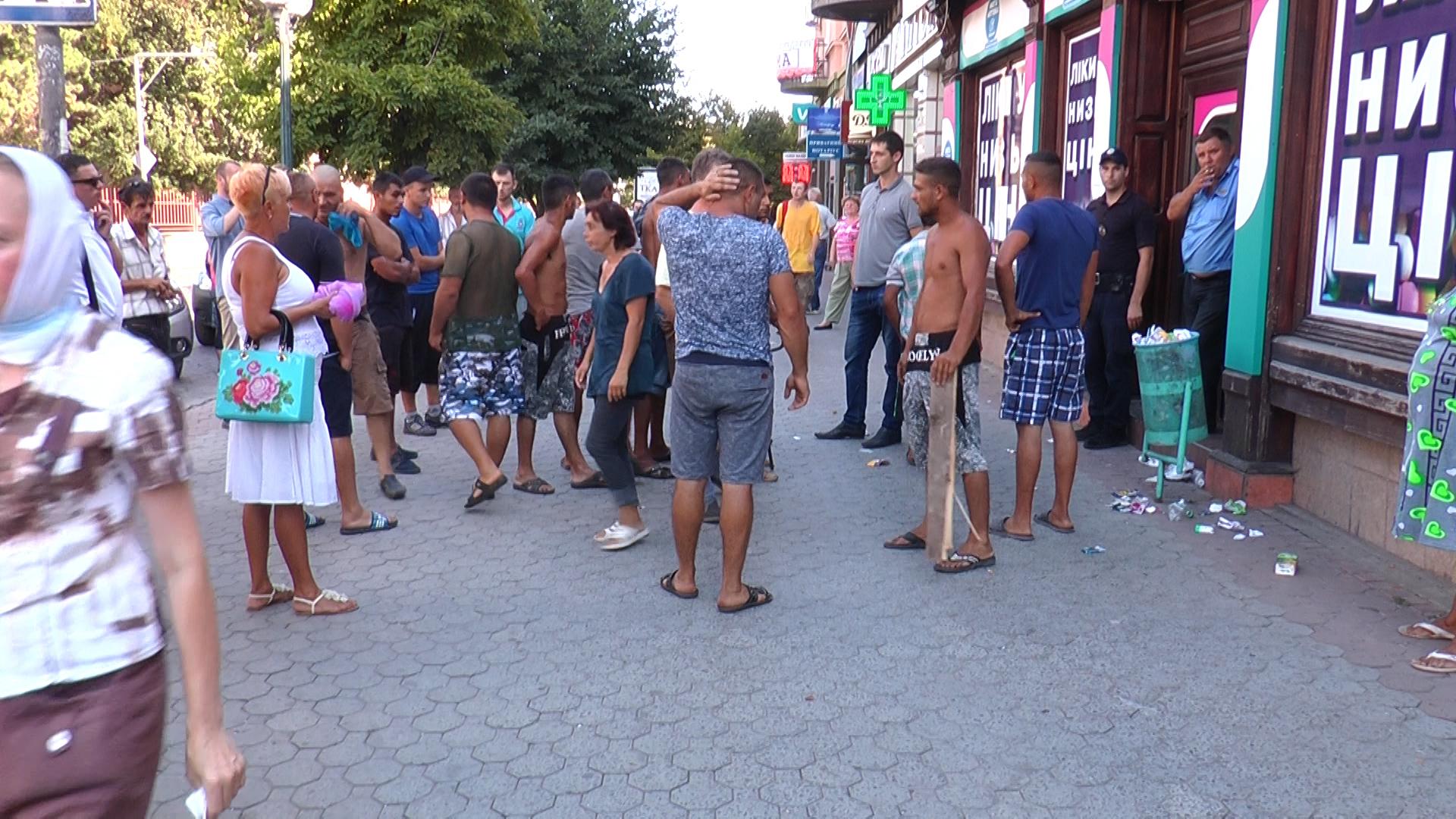 В Мукачеві роми хотіли здійснити самосуд над чоловіком з ножем (відео)