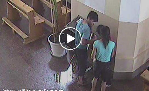 В Мукачеві роми викрали гроші з церкви – відео з камер спостереження (відео)