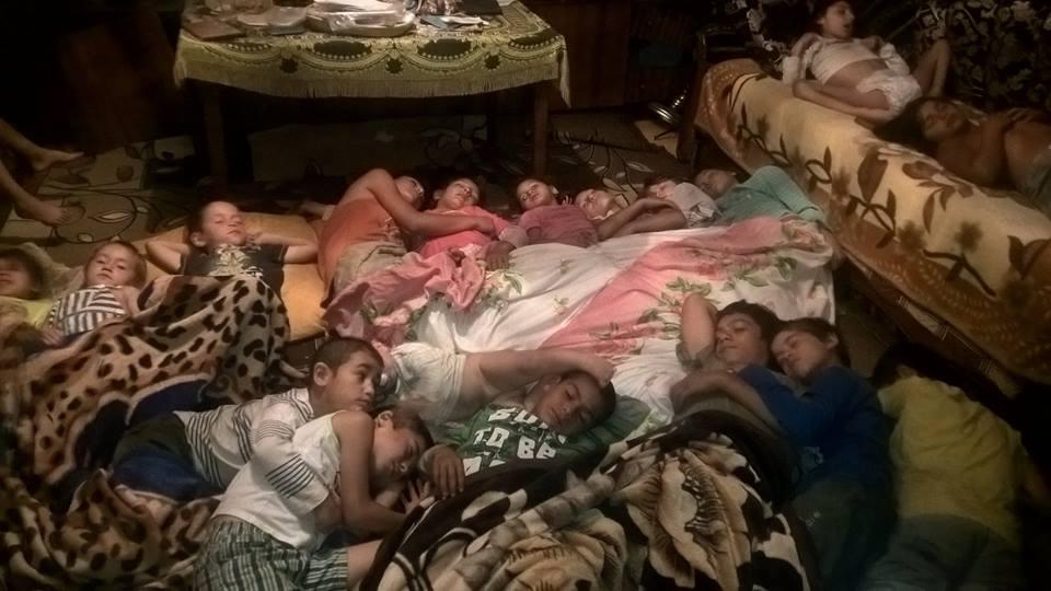 В одній кімнаті мешкає по півтора десятка закарпатських ромів (фото)