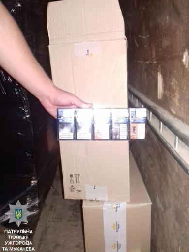 В Мукачеві патрульні зупинили автівку напхану цигарками на мільйон гривень