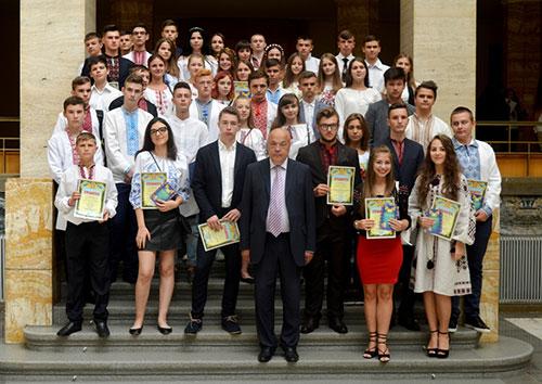 У Закарпатській ОДА вручили нагороди обдарованим юнакам та дівчатам