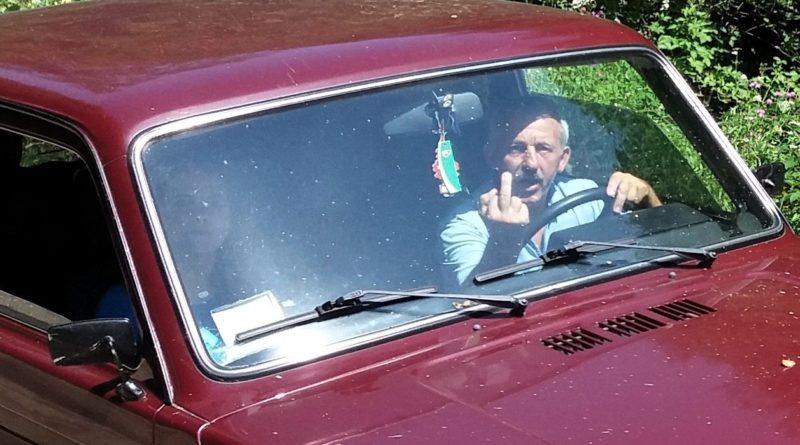 Права рука голови Великоберезнянської райради показав непристойний жест на адресу журналіста (фото)