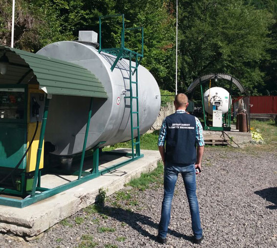 Закарпатські правоохоронці викрили підпільні заправки з добовим оборотом у 150 тис. грн.