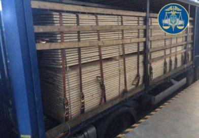 Закарпатські митники виявили сигарети у вантажівці з дошками