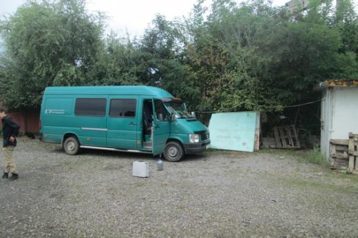 Правоохоронці розшукали викрадений з парковки в Ужгороді мікроавтобус і крадіїв
