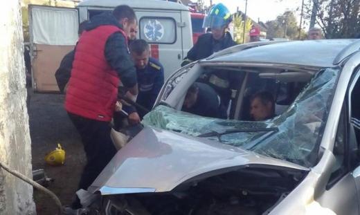 На Виноградівщині рятувальники визволяли постраждалого у ДТП з понівеченої автівки