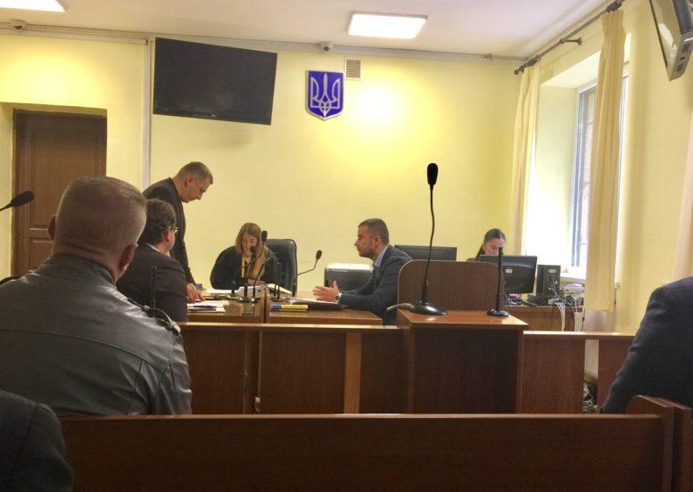 В Ужгороді вчергове перенесли суд про хабарництво Цапа, на цей раз він зламав ногу (відео)