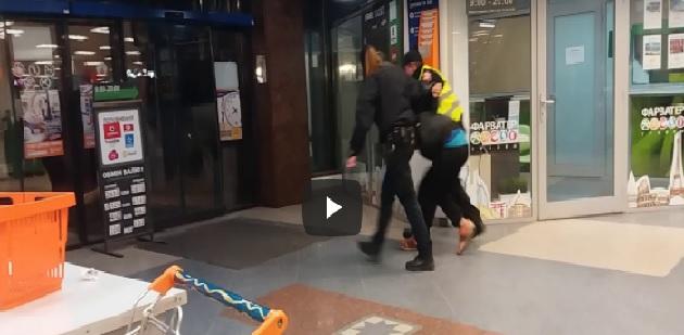 В ужгородському супермаркеті поліція затримала неадеквата (відео)