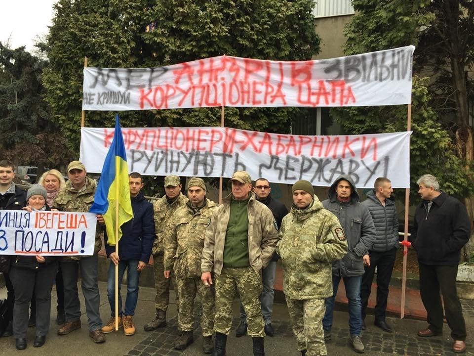 В Ужгороді атовці вимагають мера Андріїва не кришувати заступника, якого прокуратура звинуватила у хабарництві (фото)