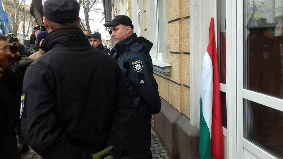 Поліція не перешкоджала демонтажу угорського прапору з будівлі Берегівської міськради