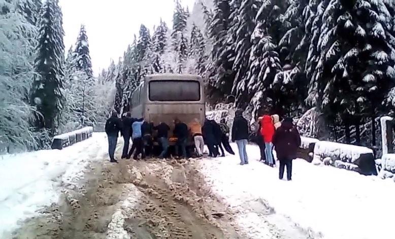 На Закарпатті пасажири дружно штовхали рейсовий автобус по нечищеній від снігу дорозі (відео)