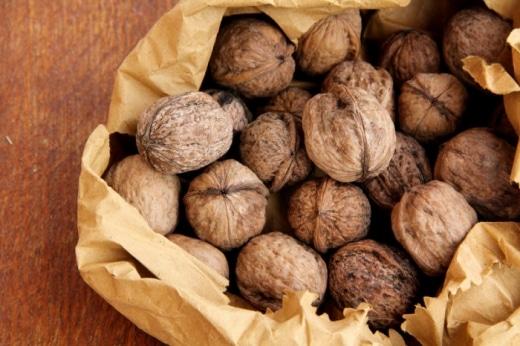 Закарпатські митники затримали вантажівку з горіхами