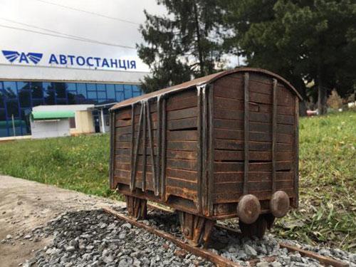 В Ужгороді з'явилася нова міні-скульптура – «Hasta la vista, Lenin!»