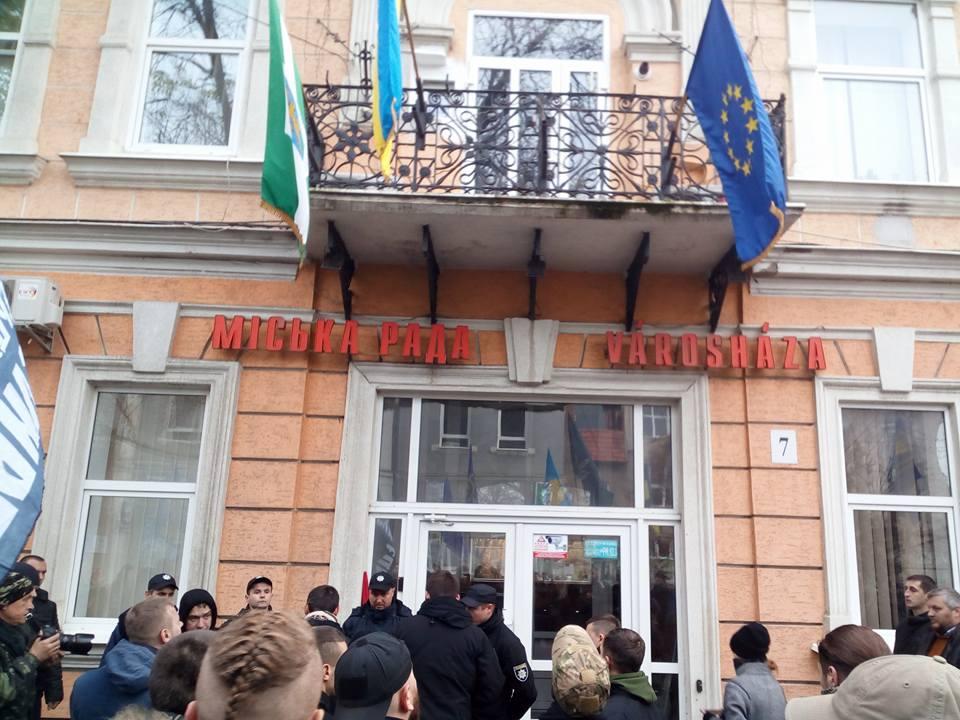 Націоналісти зняли угорський прапор з Берегівської міськради (фото)