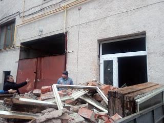 В Ужгороді аварійний проїзд біля дитячої поліклініки передали під буфет (відео)