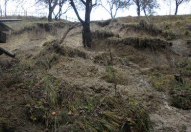 У селі на Воловеччині стався зсув ґрунту – є загроза руйнування будинків