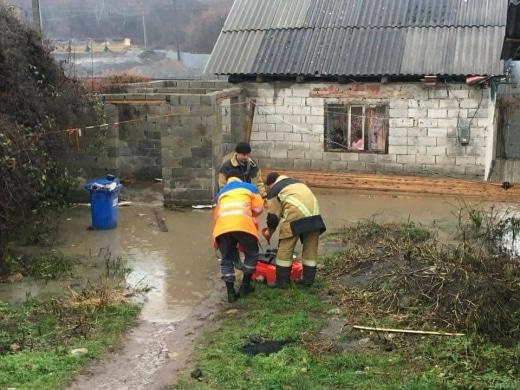 Негода наробила біди на Закарпатті: знеструмлені села, підтоплені будинки, повалені дерева