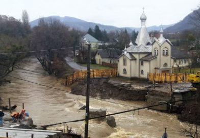 У Сваляві стихія зруйнувала недобудований міст (фото)