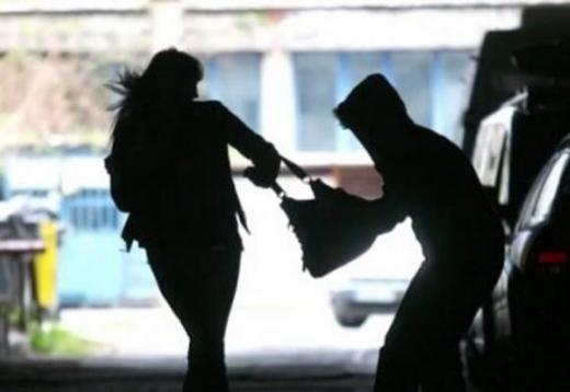 В Мукачеві вуличний грабіжник відібрав у молодої жінки сумку з гаманцем