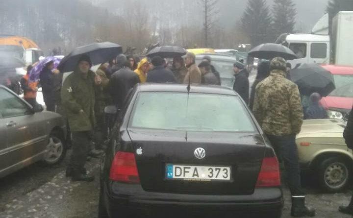 На Тячівщині громада перекрила дорогу розбиту лісовозами