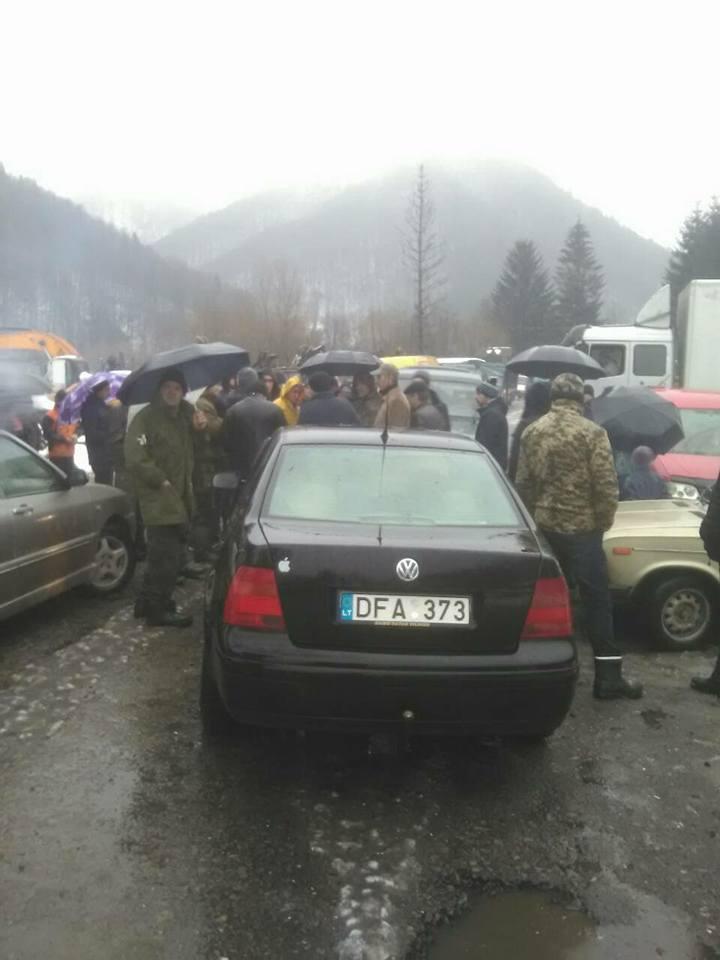 На Тячівщині громада перекрила дорогу розбиту лісовозами (фото)