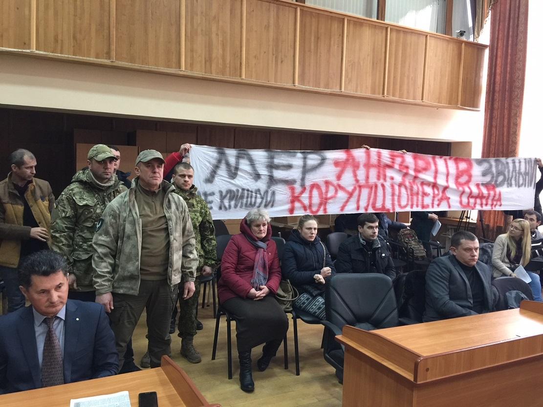 Депутати Ужгородської міськради продемонстрували солідарність зі звинуваченим прокуратурою у отриманні хабара Іштваном Цапом (відео)