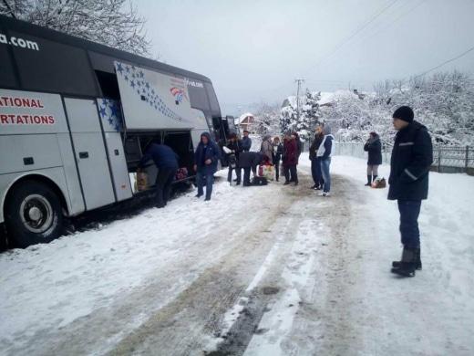 На Воловеччині пасажирський автобус міжнародного сполучення опинився в кюветі