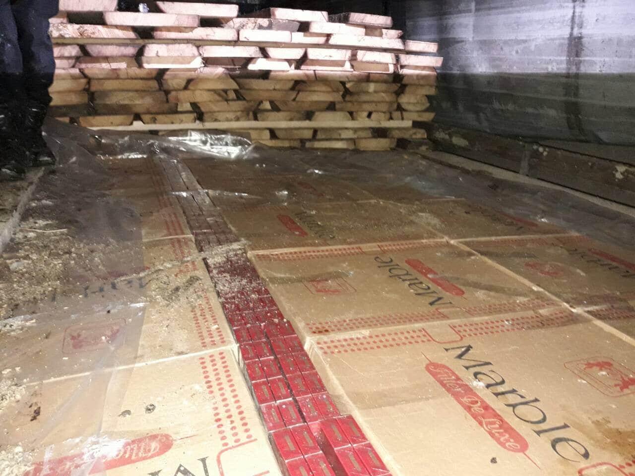 Закарпатські митники виявили в пиломатеріалах 100 тис. пачок цигарок (фото)