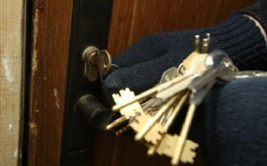 """Неповнолітній ужгородець вкрав ключі та """"обчистив"""" квартиру"""