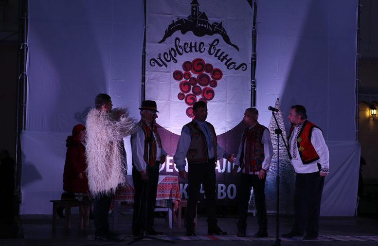"""В Мукачеві проходить фест """"Червоне вино"""""""