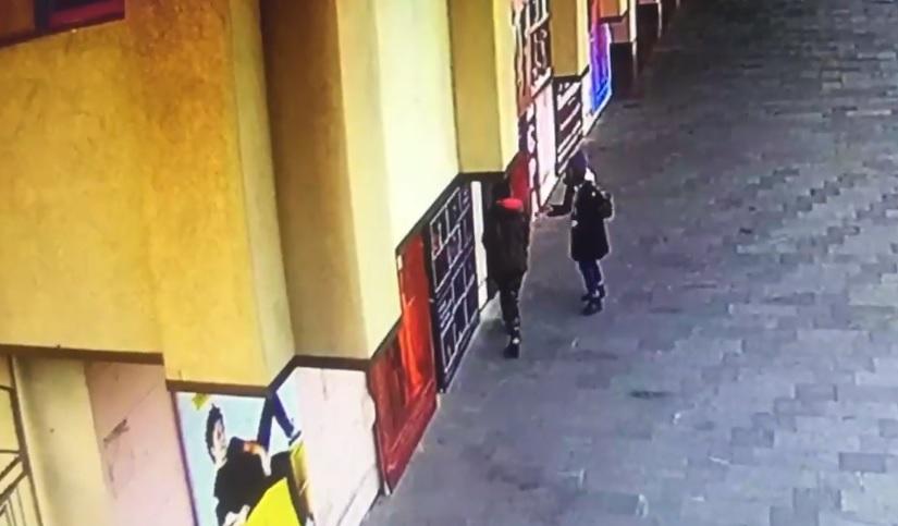 """В Ужгороді розшукують дівчат, які """"познущалися"""" над плакатами драмтеатру (відео)"""