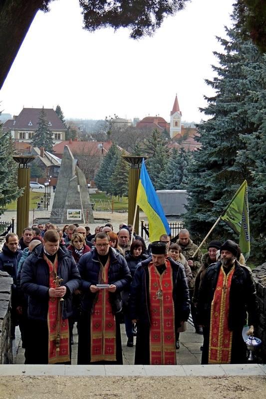 Громадськість Ужгорода вшанувала полеглих у боях за Дебальцево (фото)