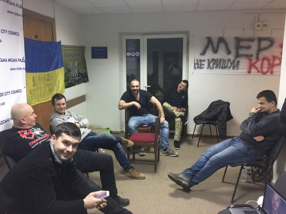 Ніч протестувальників у приймальні ужгородського мера пройшла спокійно, поліція згідна з антикорупційними вимогами (фото)