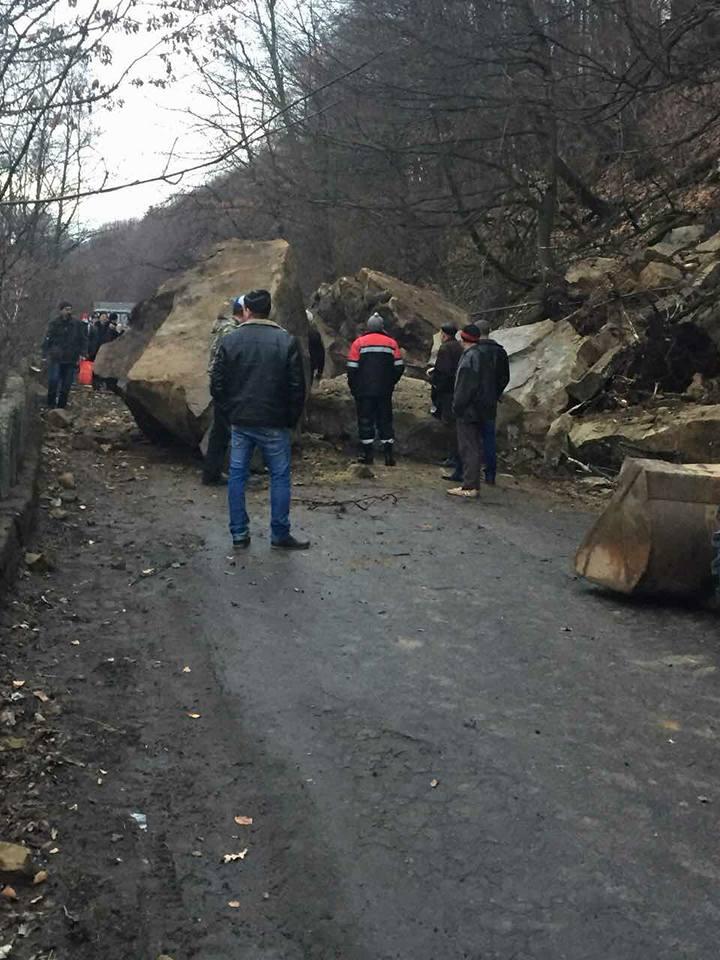 На Тячівщині велетенське каміння перекрило дорогу (фото)