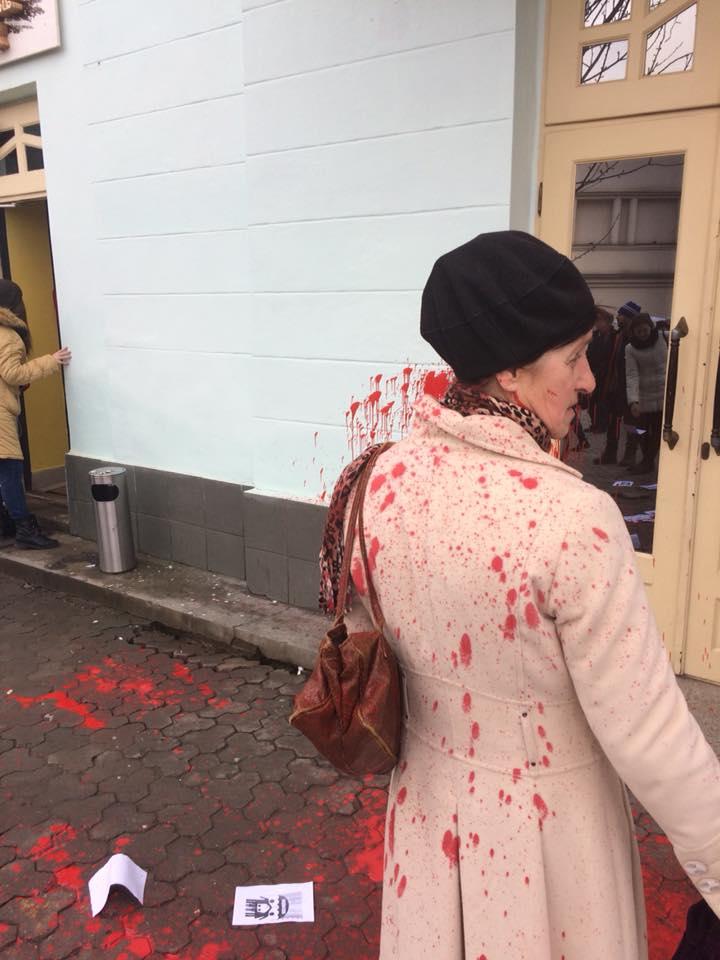 В Ужгороді облили червоною фарбою представниць феміністичного руху (фото)