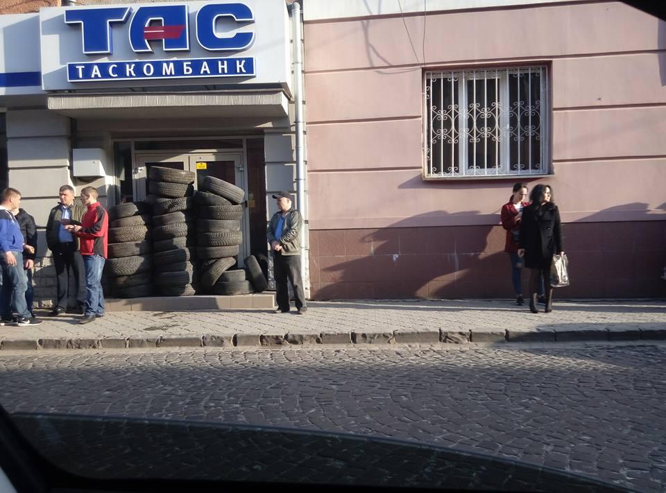 У Мукачеві заклали шинами пограбований банк (фото)