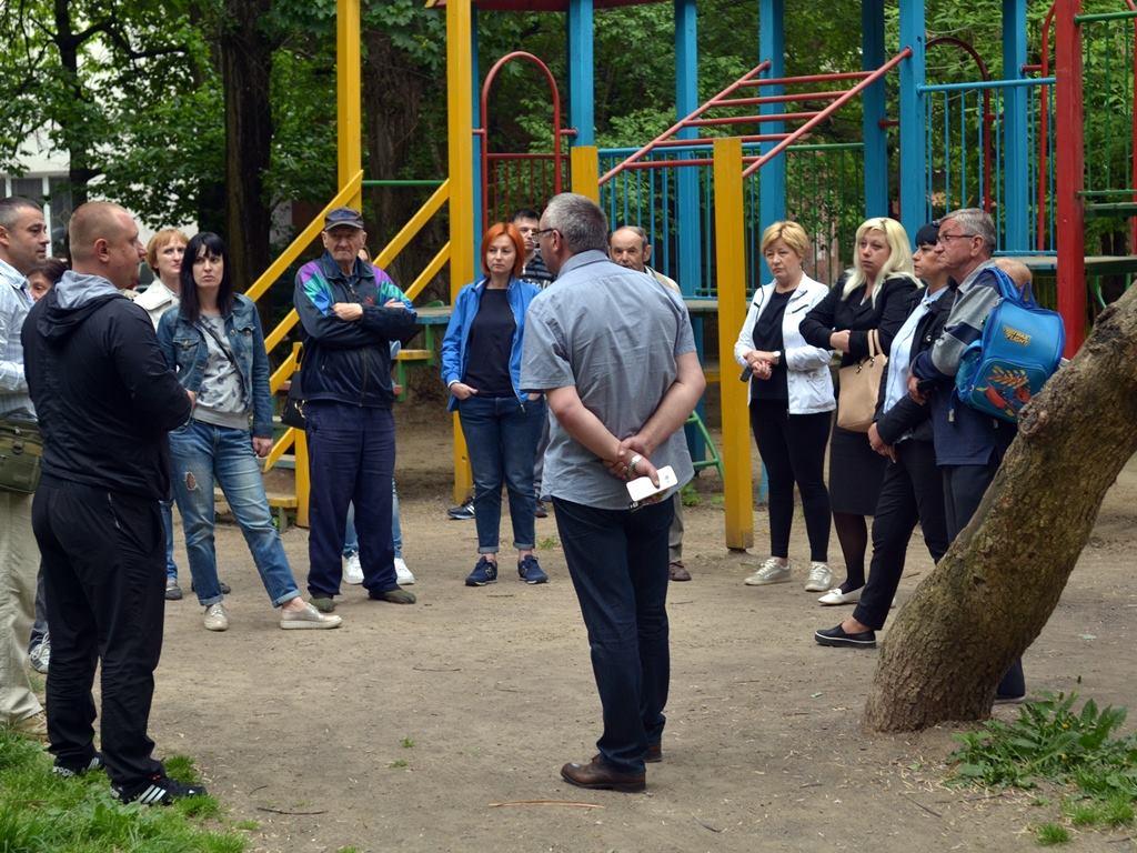 """Мешканці ужгородської багатоповерхівки мають намір """"презентувати"""" меру екзотичних тарганів (фото)"""