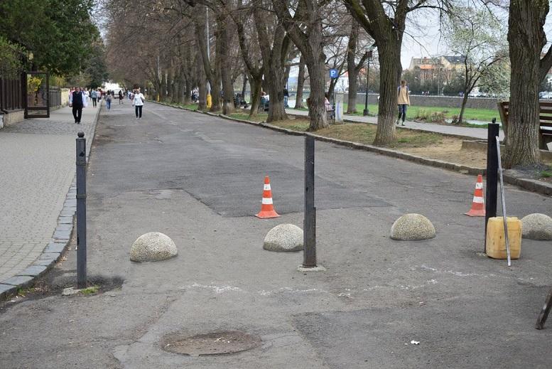 На набережній Незалежності в Ужгороді встановили обмежувачі руху для авто
