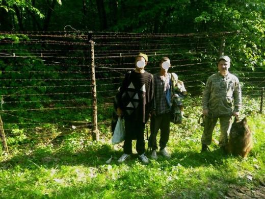 """Біля кордону зі Словаччиною на Закарпатті затримали двох нелегальних """"мандрівників"""""""
