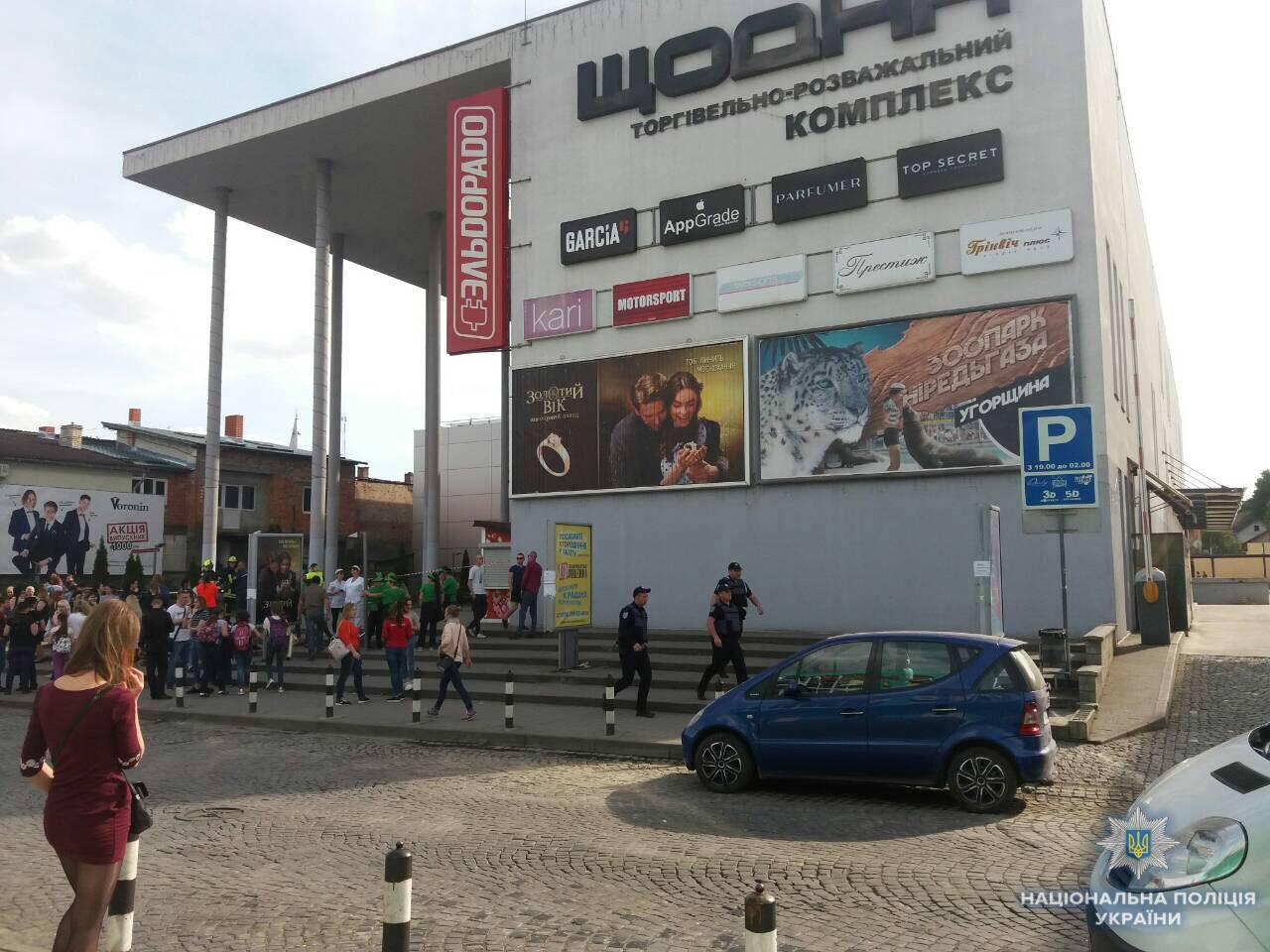 Поліція Мукачева евакуювала людей з торгівельно-розважального комплексу родини Балог (фото)