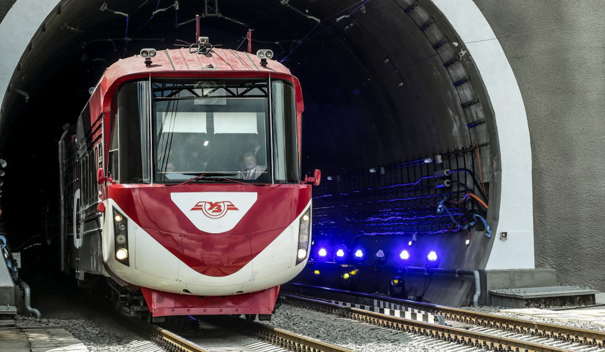Перший потяг проїхав Бескидським тунелем (відео)