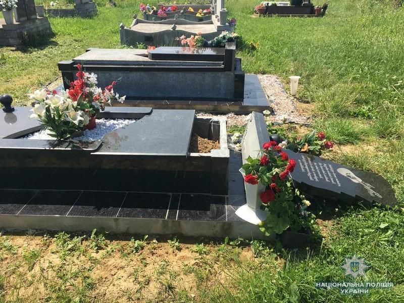 В Мукачівському районі психічно неврівноважений чоловік пошкодив 23 пам'ятники на цвинтарі