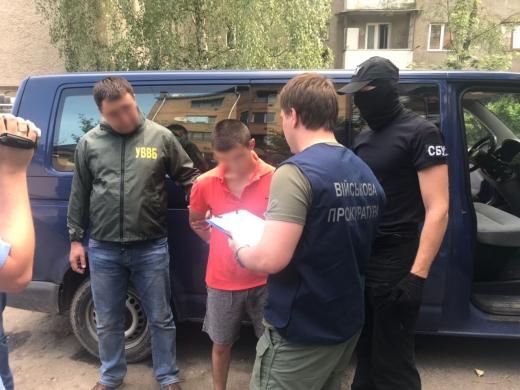 На Закарпатті затримали прикордонника, який підозрюється в сприянні переміщенню через кордон тютюнових виробів