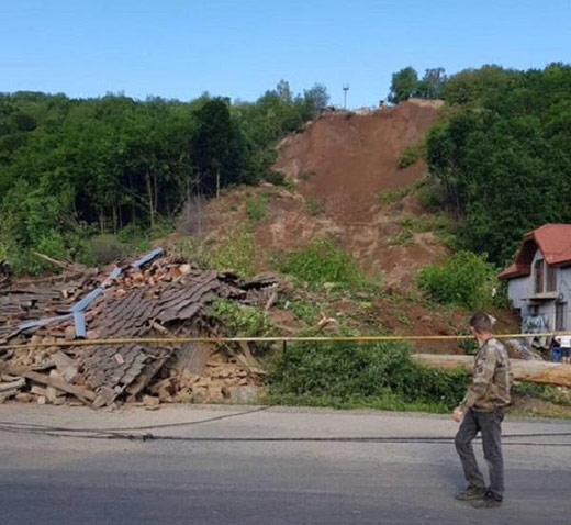 В Мукачівському районі зсув ґрунту знищив два будинки