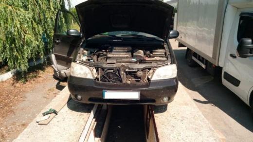 Закарпатські прикордонники знайшли у авто українця сховок з цигарками