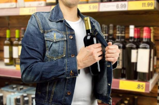 Злодій крав в ужгородських супермаркетах дорогий алкоголь і речі з комірок зберігання