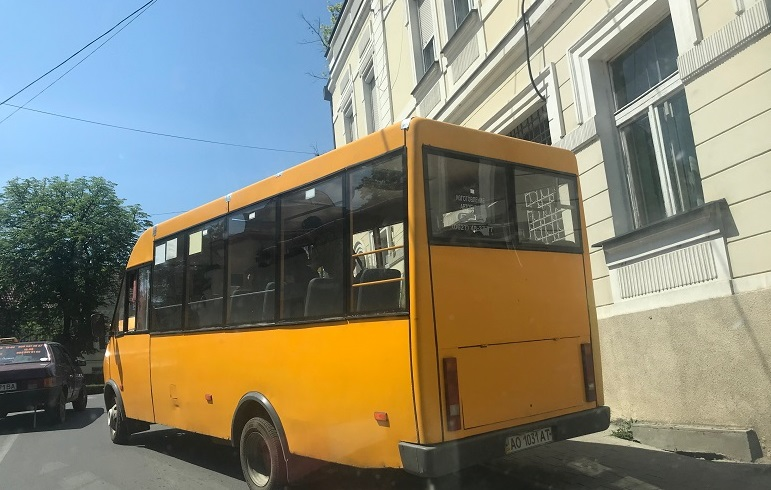 В Ужгороді маршрутка-душогубка не змогла подолати підйом (фото)