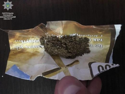 В Мукачеві троє молодиків розповсюджували марихуану на вулиці