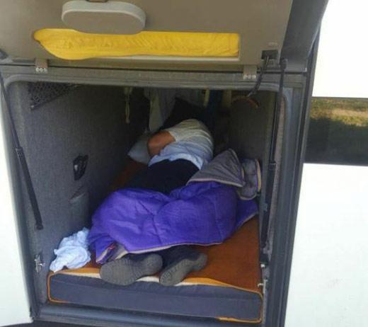 """Закарпатські прикордонники виявили """"зайця"""" у туристичному автобусі"""